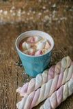 Café avec la guimauve dans une tasse bleu-clair Image stock