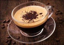 Café avec la mousse dans la tasse en verre Photo stock