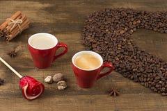 Café avec la mousse dans une tasse sur une surface en bois Photo libre de droits