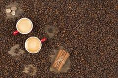 Café avec la mousse dans une tasse sur une surface en bois Images stock