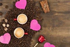 Café avec la mousse dans une tasse sur une surface en bois Photographie stock libre de droits