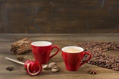 Café avec la mousse dans une tasse sur une surface en bois Image stock