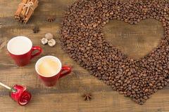 Café avec la mousse dans une tasse sur une surface en bois Photos stock