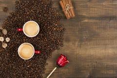 Café avec la mousse dans une tasse sur une surface en bois Photographie stock