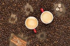 Café avec la mousse dans une tasse sur une surface en bois Photo stock