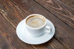 Café avec la mousse sur la table en bois foncée photos libres de droits