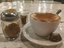 café avec la poudre et le biscuit de cannelle cappuccino images libres de droits