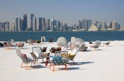 Café avec la vue de Doha du centre Photographie stock