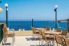 Café avec la vue de mer dans Bugibba Photographie stock