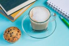 Café avec le carnet et les livres sur une table bleue Photo libre de droits