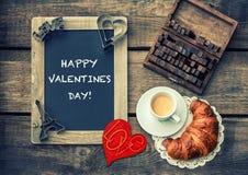 Café avec le croissant Décoration rouge de coeur Rose rouge Image stock