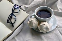 Café avec le dessert et un bloc-notes avec des verres Photos libres de droits