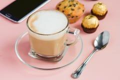 Café avec le dessert sur une table rose Photos libres de droits