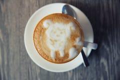 Café avec le Latte Art On Wooden Table photographie stock