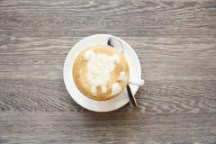 Café avec le Latte Art On Wooden Table image stock