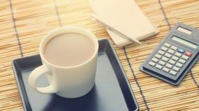 Café avec le papier et la calculatrice de note Image stock