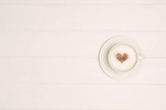 Café avec le symbole d'amour de coeur sur la vue supérieure blanche de table Photos stock