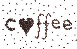 Café avec un coeur écrit en grains de café Photos libres de droits