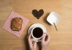 Café avec un croissant de chocolat Images libres de droits