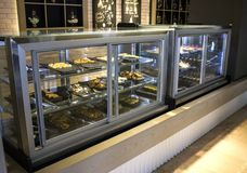 Café avec un grand choix de vaisselle, de pâtisseries et de gâteaux dans t images stock