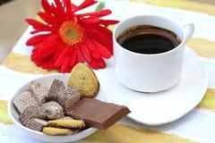 Café, barra de chocolate e bolinhos Foto de Stock Royalty Free