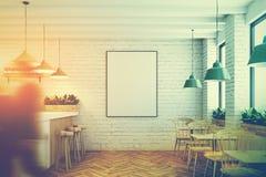 Café, barre blanche et affiche de brique modifiés la tonalité Photos libres de droits