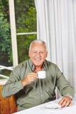 Café bebendo aposentado feliz do homem fotografia de stock royalty free