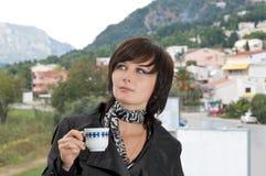 Café bebendo bonito da mulher de negócio Foto de Stock