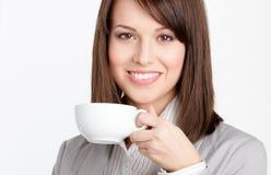 Café bebendo bonito da mulher de negócio fotografia de stock