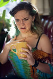 Café bebendo da jovem mulher fotografia de stock royalty free