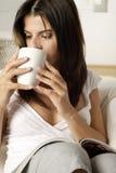 Café bebendo da jovem mulher Foto de Stock