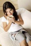 Café bebendo da jovem mulher Fotos de Stock Royalty Free