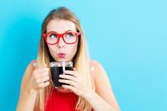 Café bebendo da jovem mulher feliz Fotografia de Stock