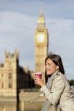 Café bebendo da manhã da mulher de negócio da cidade de Londres fotografia de stock royalty free