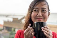 Café bebendo da menina asiática imagens de stock royalty free
