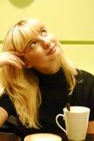 Café bebendo da menina loura da beleza Imagens de Stock