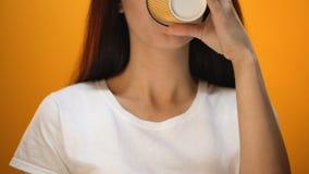 Café bebendo da menina positiva, carga da manhã com energia e bom humor, close up filme