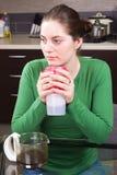Café bebendo da moça na cozinha Imagem de Stock Royalty Free