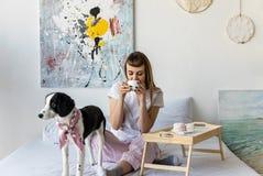 café bebendo da mulher ao descansar na cama junto foto de stock