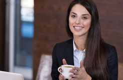 Café bebendo da mulher bonita em um escritório Foto de Stock Royalty Free