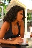 Café bebendo da mulher consideravelmente brasileira Imagens de Stock Royalty Free