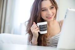 Café bebendo da mulher da caneca com área preta para escrever Foto de Stock