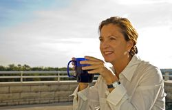 Café bebendo da mulher da Idade Média   Fotos de Stock Royalty Free