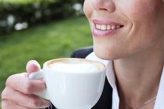 Café bebendo da mulher de negócios Imagens de Stock