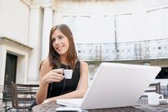 Café bebendo da mulher de negócios com portátil foto de stock royalty free