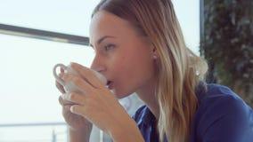 Café bebendo da mulher de negócios bonita e relaxamento no café video estoque