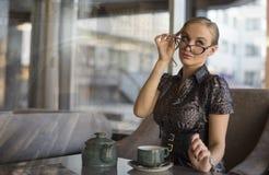 Café bebendo da mulher de negócios nova Fotografia de Stock