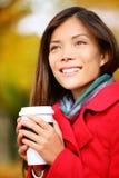 Café bebendo da mulher do outono no parque da cidade da queda Imagens de Stock