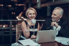 Café bebendo da mulher e olhares do homem nela imagem de stock