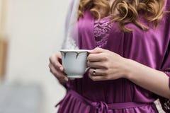 Café bebendo da mulher em casa fotografia de stock royalty free